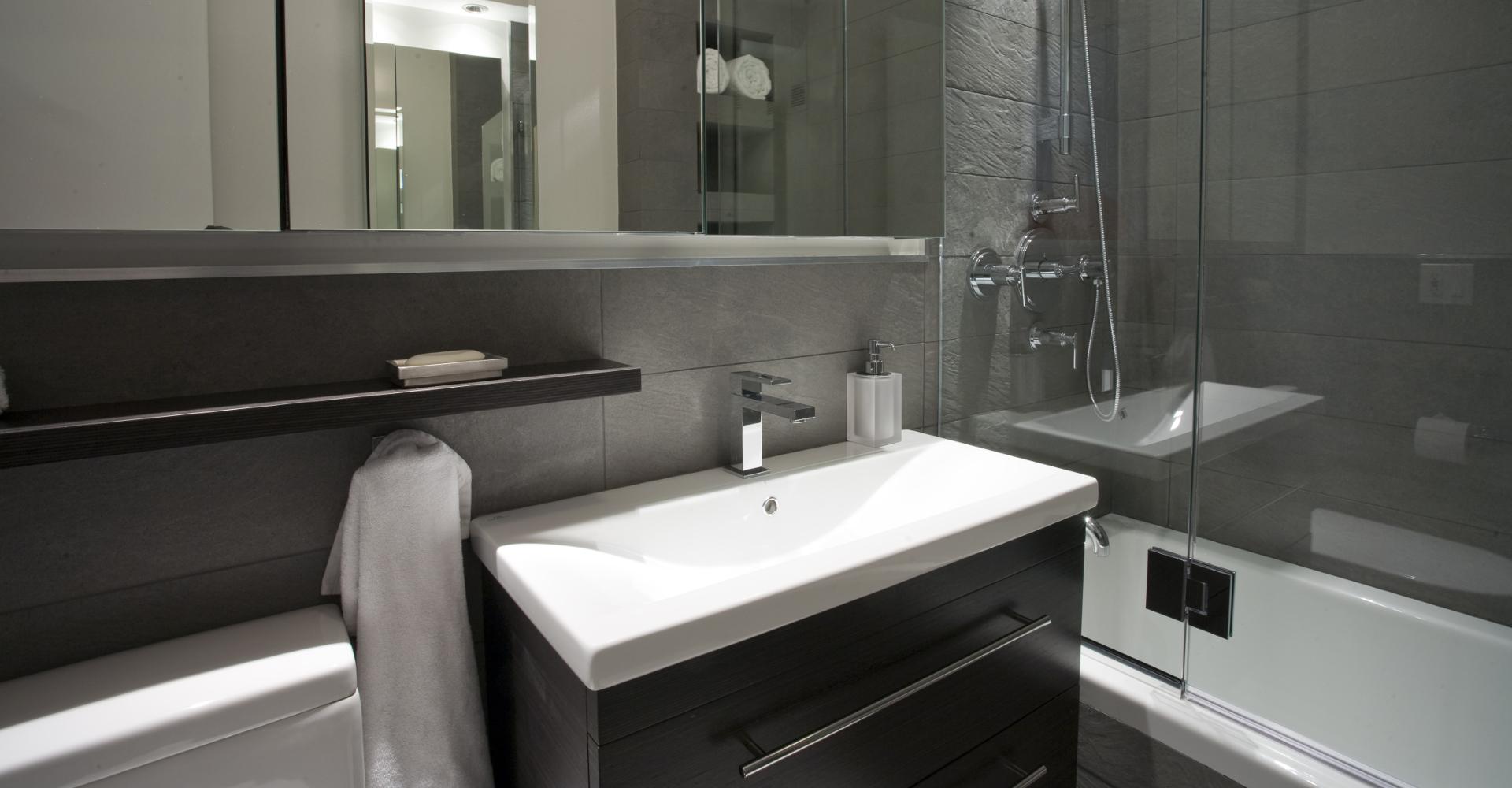Badkamer Stuc Voorbeelden : Creëer ruimte in een kleine badkamer aanbouwuitbouw.nl