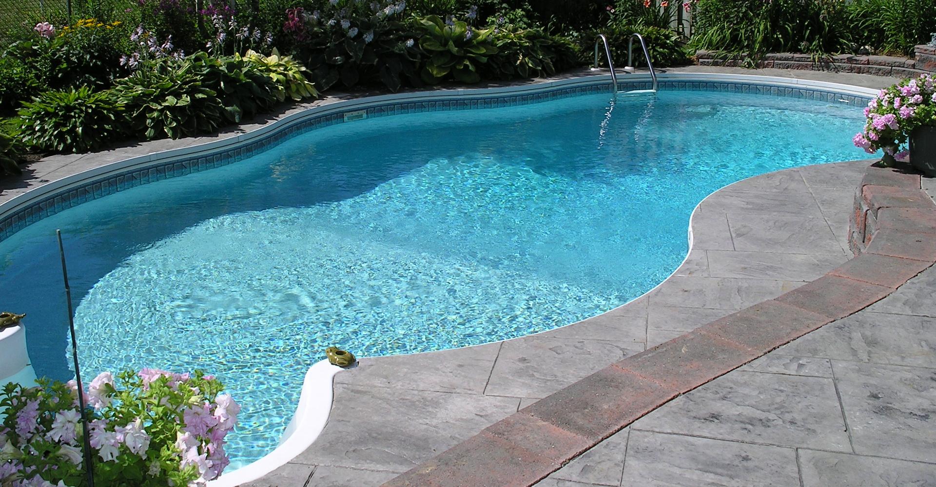 Een zwembad in de tuin maar welke for Inbouw zwembad zelf bouwen